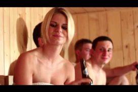 Blondyna z kilkoma facetami w saunie