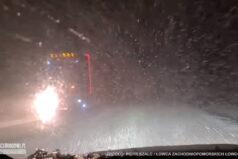 Tir wyprzedza na czołówkę podczas fatalnych warunków na drodze