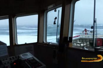 Statek vs Kilkunastometrowe fale. Kapitan nie wytrzymuje. Wideo.