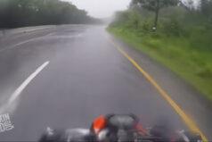 Motocyklista ratuje swoją kobietę podczas upadku w czasie deszczu. Wideo.