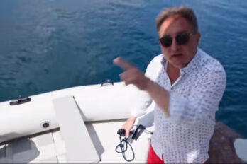 Robert Makłowicz demonstruje jak nie pływać na pontonie.