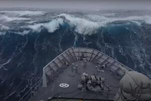 Statek wojenny vs ogromne fale. Wideo.