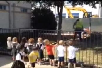 Grupa wsparcia na budowie. Dzieciaki dopingują majstra podczas pracy.