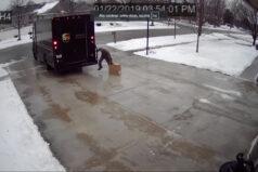 Pracownik roku. Kurier UPS pracuje z pełnym poświęceniem w mroźny poranek.